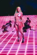 Доджа Кет Певицата скандализира с изпълнението си на VMA наградите тази година - тя се качи на сцената в блестящо боди по тялото, с което на пръв поглед я накара ни се стори, че е чисто гола, но вглеждайски се в детайлите на този тоалет, разбираме колко оригинален и итересен е той всъщност.