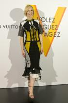 We love тази комбинация от черно и жълто, цветовосъчетание, репрезентиращо мощ. Цялата прекрасна геометрична композиция на роклята е леко покварена отнесходните материи, употребени за нейнотоизработване, по-точно смесицата между плетивото и прекаленодебела кожа. Т.нар. испански фалти, които нелепо финализират в долната част, ни идват в повече.