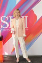 Много приятана пролетна визия. Големите копчета на ризата, панталоните и сакото са новите ниразкрасителни акценти. Ревем за сребърните обувки...