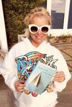 Джесика Симпсън Екс певицата си признава, че не може да откъсне очи от мемоара на Алисън Патаки - Beauty in the Broken Places: A Memoir of Love, Faith, and Resilience.
