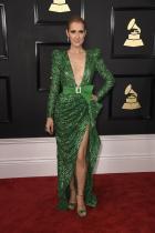 """Мислим, че този силует с този цвят """"принадлежи"""" на Дженифър Лопес, защото прекалено ни препраща натам /знаете роклята от Донатела Версаче/, въпреки огромната разлика в технологията на изработка. P.S: About популярността на роклята на JLO, Google сложи опцията изборажения в техния сайт."""