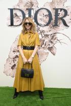 Кожена рокля с mustard цвят. Перфектен fashion goal за такъв тип събитие, в този случай ревю на Dior. От пръстените до последния детайл, чисто 6.