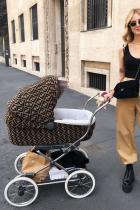 Е, така се гледа дете! Мега фешън бебешка количка + нестандартен мама аутфит + гордо поведение и резултатът е очеваден. Браво, Киара!