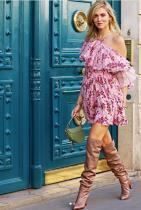 Леко скучна стрийт визия, но не ни пречи. Флорална, феерична рокличка в комуникация с различни на цвят обувки и чанта. Игра на сигурно, няма как.