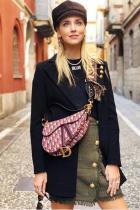 Разглеждайки визията, няма какво лошо да кажем, тъй като Dior накара модните наркоманки да превърнат Париж в бохемска рапсодия. Надяваме се силното влияние на стилистиката да не превърне инфлуенсерките в копие една на друга.