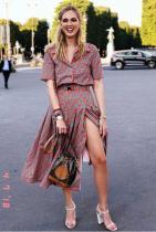 Симпатична ретро по форма рокля с модерна логомания разцветка и дотам. Чантата и сандалите не ги намираме за сродни, развалящи впечатлението от роклята. Събуй се и право към полянката. Ще ти отива.