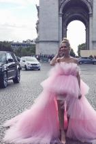 Ясно е, че кутюрът не е създаден за нормалните хора и улици, но това е Киара Ферани и всичко й е позволено. Уважения за перфектния розов нюанс и храбростта да облечеш рокля с обем колкото една нормална стая. Останалите детайли са си на мястото, точно както трябва.