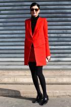 Червено за щастие + черно = близо перфектно, както и тази визия. Олицетворение на семплост, минимализъм и вкус. Едната обица няма смисъл като такава, но е дребна и почти незабележима. Не сме фенове на дамските обувки без ток, но и тези от сватбения ансамбъл на баща й, много добре си вършат работата.
