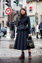 WOW… От къде да започнем? Мега луксозен и елегантен комплект, имитиращ New Look-a на Dior, контрадикторно опакован в детайли, разказващи за грубостта и улицата по един скъпарски начин. Еклектична смесица на дворцов етикет и субкултури. I am bowing down!