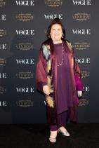Облякох копринената пижама и ето ме на ивента на Vogue. Колкото и да звучи обидно, лично, небрежната винено-малинова визия на помпадур кралицата ни допада. Все едно, пием си чая в рустикалния й будоар. Добър контраст в бродериите и аксесоарите.