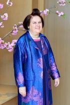 Oh, Asia! Да, деликатните розови цветя на фона перфектно се връзват с жакардовата рибена кост от палтото в тази малко източно-азиатска стилистика. Монохромно съчетание, разиграно в полето на текстури и материи – fashion goal.
