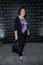 Sexy Suzy е наименованието на картинката. Идеален за фигурата панталон, монохромно свързващ се с целия аутфит, акцентиран от лилавите нюанси на шифонените цветя, допълнен с тъмно лилава спортна чанта. За финиш: добър тюркоазен контраст – сандалите. Bravo!