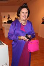 Там-там-тарам. Най-доброто винаги е накрая. Перфектно стилизирана визия. Флуидността на роклята уместно балансира с асиметричното прехлупване на аристократичното палто. Ярък акцент в неонова разцветка, напомнящ shocking pink  на Schiaparelli - истинското есенциално допълване на цветовата гама. Златното бижу като съвършен финиш. I'm in love! What about you?