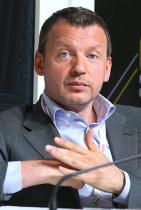 Сергей Гордеев снимка: Артем Коротаев/ТАСС Състояние: $1,8 милиарда Възраст: 46 години Номер в класацията: 57 Гордеев е основният собственик на строителната група PIC. Също така е инвестирал най-малко 10 милиона долара в проекта Hyperloop, който реализира идеята за Илон Мъск за високоскоростния транспорт на хора и стоки. Щастливо неженен мъж в развета на силите си.