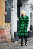 Не всичко Versace стои добре върху Донатела. Палтото е красиво, но тези чудеса на краката, просто са WTF. Визията дава усещане, че стъпалата й са свързани с бюста.