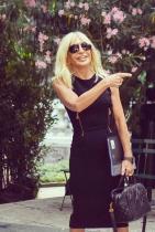 Това е един от най-правилните модни подходи, когато идва реч за Донатела. Тясната черна рокля деликатно акцентира онова, което трябва да се види на тялото на лейдито. Златното с цип украшение има спортно-стрийт прочит, даващ допълниттелна доза неформална луксозност.
