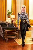 Здравейте, богата съм, мощна и атрактивна... Ако картинката имаше звук, предполагаме, че управителката на модната къща щеше да казва това. Дори и визията й разказва за пари, мощ и влияние в социалния  живот, имайки предвид съчетаните материи, форми, както и ценовата категория на кожената пола. Да нямаше блясък върху чорапогащника, щеше да е по-добре.