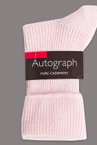 Кашмирени чорапи Autograph  Коледа няма да е Коледа без поне един клише, но все пак обичан подарък, а именно топли чорапи. Тези тук обаче не са съвсем бейсик - изработени са от рипсен кашмир и идват в розов тон. 66 лв.