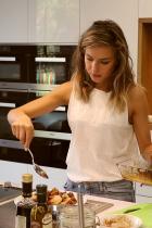 Кулинарен курс Дегустационната кухня на Miele Experience Center се превръща в кулинарно училище заедно с yummy cooking, за да сбъднем и нечие друго нестандартно желание по Коледа. Ваучер за кулинарен курс, между 50-150 лв.