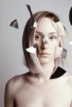 """Флора има множество самостоятелни изложби в Европа и САЩ. Участва и в групова изложба """"Continental Shift"""" в галерия Saatchi. Нейна работа е показвана и в Лувъра, Франция."""