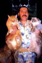 Фреди Меркюри с котките си Оскър и Тифани