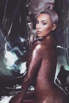 Ако има нещо, което Ким Кардашиян прави най-добре, то това е да позира...гола...покрита с брокат.