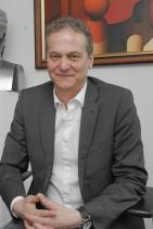 Николай Неделчев снимка: Алексей Димитров Неделчев е основател и управляващ директор на Publicis Groupe Bulgaria, една от най-мащабните компании за интегрирани маркетингови комуникации в България, част от глобалната комуникационна организация Publicis One. Към това прибавете афинитет към изкуството като отражение на самия него и безспирен стремеж да го притежава. Бидейки син на художник, израства заобиколен от изкуство, но манията по колекционерството запалват графики на Кольо Карамфилов. През 90-та година не може да си ги позволи, но, по негови думи, творбите оставят толкова ярък отпечатък в съзнанието му, че след двадесет години се среща с Кольо, за да обясни манията, която се е превърнала във фетиш. Казва, че той е поставил основите на знанията и разбиранията му за колекционерството, показвал му е кое е подходящо за него, кое ще бъде ценно.
