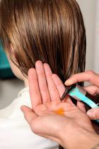 Подгответе косата, нанасяйки Moroccanoil Treatment от корените до върховете, за да създадете перфектната основа за стилизиране, за заглаждане на хвърчащите косъмчета и усилване на блясъка.