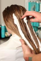 В зависимост от типа коса, нанесете пяна за обем Moroccanoil Volumizing Mousse на около 12 см от корените, за да придасдете моментален обем, или хидратиращ стилизиращ крем Moroccanoil Hydrating Styling Cream от средата до краищата.  Разрешете косата и направете чист среден път в горната част на главата. Срешете косата, обръщайки повече внимание на областта на корените и върховете, оставяйки средната част по-естествена.