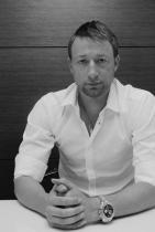 """Светослав Тодоров Идеята за Бохем, облечена в образа на модерния мъж – Светослав Тодоров – """"просто защото всичко около него е модерно – от интериорите, които прави, през начина, по който изглежда, и стигнем до начина, по който говори."""" След девет години човекът си е същият, а опитът – много по-голям; проектите – огромни по мащаб; идеите – безгранични. И нека все да е така, за да има на какво да се радваме! снимка: View Sofia"""