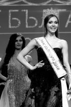 """Мис България 2018 - Теодора Мудева Разбира се, който и да поеме титлата на емблематичната за изминалата година """"Мис България"""" (Тамара Георгиева, ако по някаква случайност не си я спомняте), няма как да я засенчи, но 18-годишната Теодора, признаваме, се представи доста добре. През лятото Теодора спечели титлата """"Мис Бургас"""", сега завоюва короната на национално ниво, а през първите месеци на следващата година я изпращаме за Тайланд, където ще ни представи на """"Мис Планет"""". Браво, Теди! снимка: БТА"""