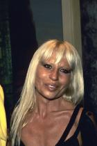 """1993 година Брат и сестра на откриването на South Beach бутика си. Versace печели одобрението на индустрията за поставянето на Маями като дестинация на световната модна карта - бонбонената палитра на града, както и непростимата екстравагантност, го правят перфектния втори """"дом"""" за моделите и идеите на процъфтяващия бранд."""