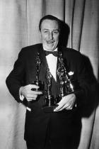 Уолт Дисни, опитвайки се да задържи всичките си четири Оскара, 1954