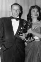 Дона Рийд и Франк Синатра държат Оскари за ролите си в From Here to Eternity, 1954