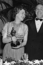 Джак Уорнър позира с Фей Бейнтър и Бет Дейвис, които държат в ръце Оскари за ролите си в Jezebel - Бейнтър за Най-добра поддържаща женска роля, а Дейвис за Най-добра главна женска роля, 1939