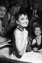Одри Хепбърн държи статуетка за ролята си в Roman Holiday, 1954