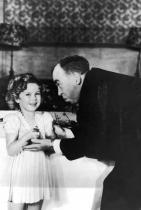 Детето-чудо Шърли Темпъл получава специален Оскар, 1935