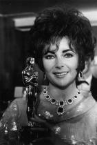 """Елизабет Тейлър със статуетката си за ролята в """"Кой се страхува от Вирджиния Улф?"""", 1967"""