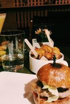 Любимият бургер и коктейл в Jasmine gastro bar, ул. Георги С. Раковски 114