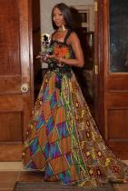 О, ГОСПОДИ... Знаем си и очевидно е, че Наоми има африкански корени, но желанието й за патриотско изразяване в моден смисъл води до екстремна бутафория в стилистичен смисъл. Много плат, много десени, много шарки, цветове, дантели и какви ли не глупости... Единствена похвала за традиционното бижу около врата.