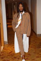 О, да, така се облича един извънвременен модел. Перфектен костюм с още по-перфектна текстилна разработка. Харесва ни подходът за пречупване на клишираната тейлъринг форма, обединявайки риза, лишена от пропорции и параметри за дължина.