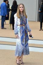 24. Пак разглеждаме едно емблематично присъствие на Оливия, случило се на ревюто на Burberry Prorsum. Облечена в споменатата модна марка, Палермо изглежда свежо и позитивно. Смесица на преливаща перфорирана дантела под формата на рокля, копринен в синя гама шал и черно-кафени детайли.