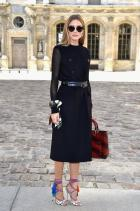 25. Това чакахме. Може би е старичко, но никак не смеем да го изпуснем. Това е една от многото емблематични визии на благородничката от Манхатън, идеално описващо дадената й титла. Перфектен черен базис отново дело на Dior, стилистично обогатен с чанта в бордо и нейви блу очила на същата модна марка. Огромна обич изпитваме за цветното шалче на ръката й и безупречните питонени Jimmy Choo-та.