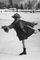 1924: Соня Хени Само на 11 малката Соня от Норвегия вече знае как се привлича внимание - тя се състезава на Олимпиадата в Шамони, Франция, носейки кожено палто подплатено с дълъг косъм и шапка в тон.