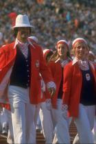 1972: Олимпийският отбор на Канада Типично в духа на 70-те години канадската делегация носи ризи с големи остри яки и десен на точки по време на парада на нациите на Игрите в Мюнхен. Никой от тях не печели злато съответната година, но със сигурност отбелязват точки за стил.