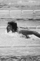 """1972: Марк Спитц На американския плувец не му трябват очила или шапка, за да постави рекорд от 7 златни медала на Олимпиадата онази година. Единственото, което носи тогава, освен бански e мустака си. По това време всички плувци са старателно обезкосмени за състезанията, Марк обаче държи на личния си почерк, след като треньор в колежа му казва, че никога няма да може да си """"отгледа"""" мустак."""