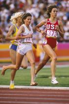 1984: Зола Бъд Единственото нещо, което светът асоциира с лекоатлетката на Южна Африка - Зола Бъд - повече от надпреварата й с Мери Декър от Америка е необичайната липса на обувки на краката й.