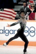 1988: Деби Томас В същата гоидина, в която Катерина Уит предизвиква смущения, фигуристката на Америка също пропуска полата в тоалета си - вместо това тя излиза на леда в цяло трико.