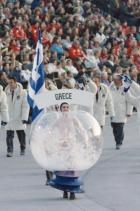 1992: Олимпийските снежни кълба Едно от най-запомнящите явления на церемония по откриването на Олимпийски игри се случва в Албервил, Франция, и не идва от конкретна държава, а от гидовете пред делегациите на всяка държава, облечени като снежни глобуси.