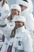 1992: Дамите от национала на Канада Целите в бели зимни ансамбли със ски якета и ленти за глава от кожа с бял косъм с бродирано кленово листо по средата.